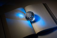 Σφαίρα και ανοικτό βιβλίο στοκ εικόνα
