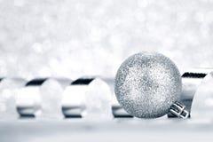 Σφαίρα και κορδέλλα Χριστουγέννων Στοκ εικόνες με δικαίωμα ελεύθερης χρήσης