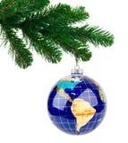 Σφαίρα και χριστουγεννιάτικο δέντρο Στοκ Φωτογραφία