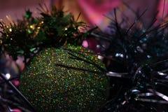 Σφαίρα και tinsel Χριστουγέννων στοκ φωτογραφία με δικαίωμα ελεύθερης χρήσης