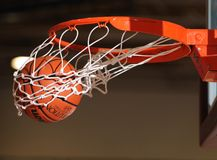 Σφαίρα καλαθοσφαίρισης που περνά από το δίχτυ Στοκ Εικόνες