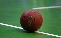 Σφαίρα καλαθοσφαίρισης κινηματογραφήσεων σε πρώτο πλάνο Στοκ Εικόνες