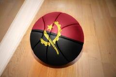 Σφαίρα καλαθοσφαίρισης με τη εθνική σημαία της Ανγκόλα Στοκ Φωτογραφία