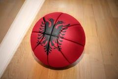 Σφαίρα καλαθοσφαίρισης με τη εθνική σημαία της Αλβανίας Στοκ φωτογραφίες με δικαίωμα ελεύθερης χρήσης