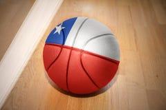 Σφαίρα καλαθοσφαίρισης με τη εθνική σημαία της Χιλής Στοκ Φωτογραφίες