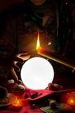 Σφαίρα, κερί και χέρι κρυστάλλου της γυναίκας αφηγητών τύχης τσιγγάνων στοκ εικόνα με δικαίωμα ελεύθερης χρήσης