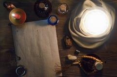 Σφαίρα κρυστάλλου και αρχαίος μαγικός κύλινδρος με το διάστημα αντιγράφων seance Μελλοντική έννοια ανάγνωσης Στοκ εικόνα με δικαίωμα ελεύθερης χρήσης