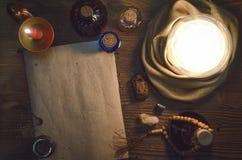 Σφαίρα κρυστάλλου και αρχαίος μαγικός κύλινδρος με το διάστημα αντιγράφων seance Μελλοντική έννοια ανάγνωσης Στοκ Εικόνα