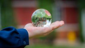 Σφαίρα κρυστάλλου με το κατοικημένο σπίτι στοκ εικόνα με δικαίωμα ελεύθερης χρήσης