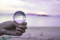 Σφαίρα κρυστάλλου συμπιέσεων χεριών σε διαθεσιμότητα Στοκ Φωτογραφία