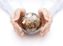 Σφαίρα κρυστάλλου με τα χρήματα στα χέρια Στοκ φωτογραφία με δικαίωμα ελεύθερης χρήσης