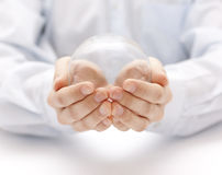 Σφαίρα κρυστάλλου στα χέρια Στοκ Φωτογραφίες