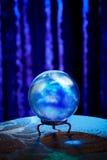 Σφαίρα κρυστάλλου του αφηγητή τύχης με το δραματικό φωτισμό Στοκ φωτογραφίες με δικαίωμα ελεύθερης χρήσης