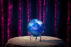 Σφαίρα κρυστάλλου του αφηγητή τύχης με το δραματικό φωτισμό Στοκ Εικόνες