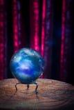 Σφαίρα κρυστάλλου του αφηγητή τύχης με το δραματικό φωτισμό Στοκ Εικόνα