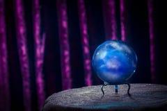 Σφαίρα κρυστάλλου του αφηγητή τύχης με το δραματικό φωτισμό Στοκ Φωτογραφίες