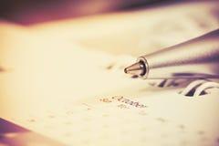 Σφαίρα μανδρών με την ημερολογιακή σελίδα, αναδρομικός τόνος χρώματος Στοκ Φωτογραφία