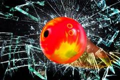 Σφαίρα μπόουλινγκ μέσω του σπασμένου γυαλιού Στοκ Εικόνα