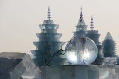 Σφαίρα πάγου μπροστά από τα κτήρια πάγου Στοκ Φωτογραφία