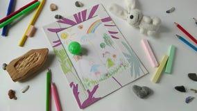 Σφαίρα παιχνιδιών που κυλά μέσω ενός σχεδίου των παιδιών φιλμ μικρού μήκους