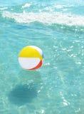 Σφαίρα παραλιών που επιπλέει στον ωκεανό Στοκ φωτογραφία με δικαίωμα ελεύθερης χρήσης