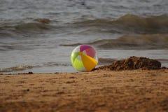 Σφαίρα παραλιών στην ωκεάνια παραλία Στοκ φωτογραφία με δικαίωμα ελεύθερης χρήσης