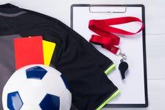 Σφαίρα ποδοσφαίρου, αθλητική μπλούζα, καταγράφοντας ταμπλέτα, δύο κάρτες ποινικής ρήτρας και ένας συριγμός για το δικαστή, σε ένα Στοκ φωτογραφίες με δικαίωμα ελεύθερης χρήσης