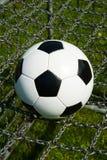 Σφαίρα ποδοσφαίρου, ποδόσφαιρο στις αλυσίδες στοκ εικόνες