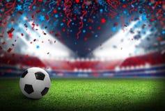 Σφαίρα ποδοσφαίρου στο αγωνιστικό χώρο ποδοσφαίρου στο στάδιο με το επίκεντρο Στοκ Εικόνες
