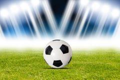 Σφαίρα ποδοσφαίρου στο στάδιο Στοκ Εικόνες