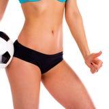 Σφαίρα ποδοσφαίρου και θηλυκά ισχία μαύρο εσώρουχο Κλείστε επάνω τη φωτογραφία ο στοκ φωτογραφία με δικαίωμα ελεύθερης χρήσης