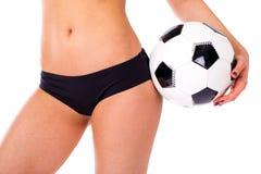 Σφαίρα ποδοσφαίρου και θηλυκά ισχία μαύρο εσώρουχο Κλείστε επάνω τη φωτογραφία ο στοκ φωτογραφία
