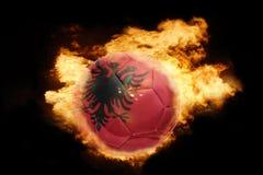 Σφαίρα ποδοσφαίρου με τη σημαία της Αλβανίας στην πυρκαγιά Στοκ εικόνες με δικαίωμα ελεύθερης χρήσης