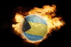 Σφαίρα ποδοσφαίρου με τη σημαία των Μπαχαμών στην πυρκαγιά Στοκ Εικόνες