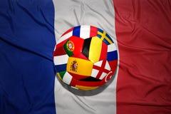 Σφαίρα ποδοσφαίρου με τις διάσημες ευρωπαϊκές σημαίες χωρών στη εθνική σημαία της Γαλλίας Έννοια του 2016 ευρώ Στοκ Φωτογραφία