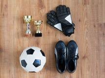 Σφαίρα ποδοσφαίρου, μπότες, γάντια τερματοφυλακάων και φλυτζάνια Στοκ φωτογραφίες με δικαίωμα ελεύθερης χρήσης