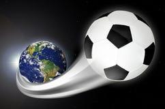 Σφαίρα ποδοσφαίρου που πετά έξω από το πλανήτη Γη Στοκ φωτογραφία με δικαίωμα ελεύθερης χρήσης