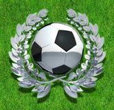Σφαίρα ποδοσφαίρου ποδοσφαίρου στο ασημένιο στεφάνι δαφνών Στοκ φωτογραφία με δικαίωμα ελεύθερης χρήσης