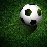 Σφαίρα ποδοσφαίρου στην πράσινη χλόη ελεύθερη απεικόνιση δικαιώματος