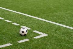 Σφαίρα ποδοσφαίρου στην τεχνητή τύρφη χλόης Στοκ Φωτογραφίες