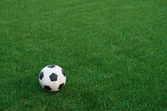 Σφαίρα ποδοσφαίρου στην τεχνητή τύρφη Στοκ εικόνα με δικαίωμα ελεύθερης χρήσης