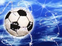 Σφαίρα ποδοσφαίρου στον μπλε έναστρο ουρανό Στοκ Φωτογραφία