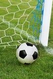Σφαίρα ποδοσφαίρου στο στόχο καθαρό Στοκ εικόνα με δικαίωμα ελεύθερης χρήσης