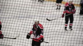 Σφαίρα πυροβολισμών παικτών χόκεϋ του ανταγωνιστή καθαρού, ομάδα που υποστηρίζει τις θέσεις πριν από την επίθεση απόθεμα βίντεο