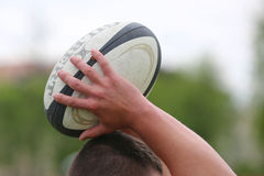 Σφαίρα ράγκμπι στα χέρια Στοκ φωτογραφία με δικαίωμα ελεύθερης χρήσης