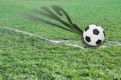 Σφαίρα σε έναν αγωνιστικό χώρο ποδοσφαίρου με τη σκιά που παρουσιάζει πιθανό αποτέλεσμα Στοκ Φωτογραφίες