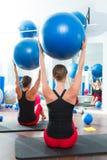 Σφαίρα σταθερότητας στην κλάση Pilates γυναικών οπισθοσκόπο Στοκ Εικόνες