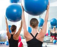 Σφαίρα σταθερότητας στην κλάση Pilates γυναικών οπισθοσκόπο Στοκ φωτογραφία με δικαίωμα ελεύθερης χρήσης