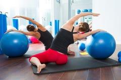 Σφαίρα σταθερότητας στην κλάση Pilates γυναικών οπισθοσκόπο Στοκ Φωτογραφία