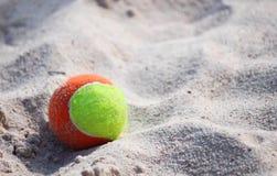 Σφαίρα στην παραλία θάλασσας Στοκ εικόνες με δικαίωμα ελεύθερης χρήσης